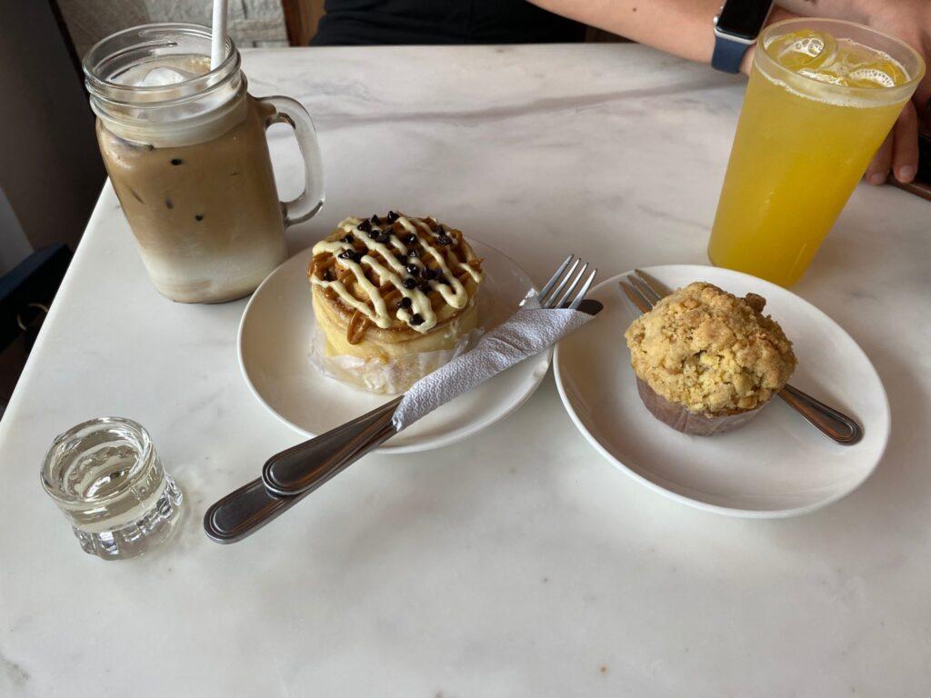 Sans Rival Cakes & Pastries, pâtisseries, boulangerie, brioche à la cannelle,  muffin crumble de pomme, Dumaguete