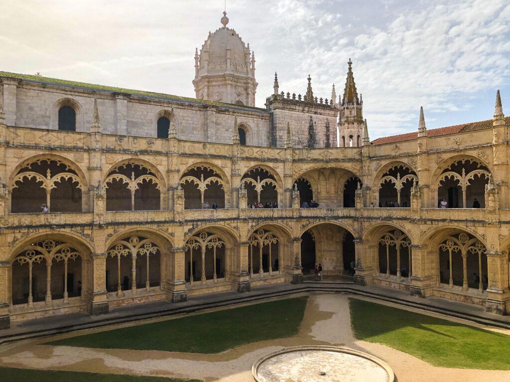 Jardin à l'intérieur du Mosteiro dos Jerónimos  - Belém