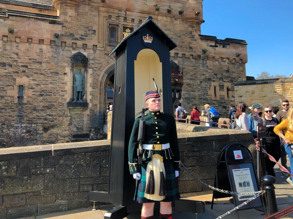 Un garde devant le château d'Édimbourg