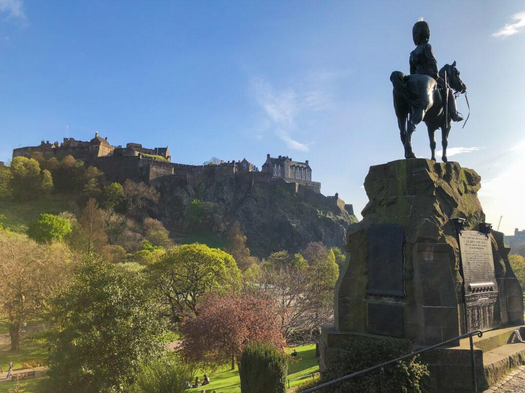 Vue sur le château d'Édimbourg depuis le jardin de Princes Street